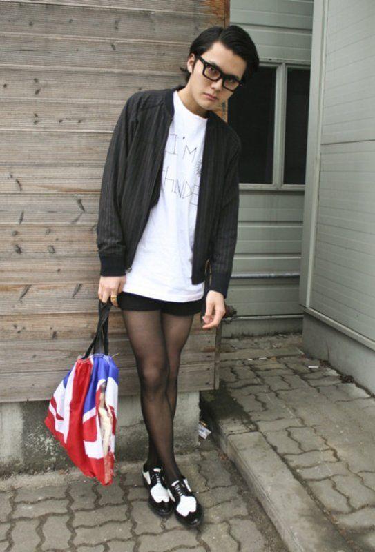 Homme en mini short et collant